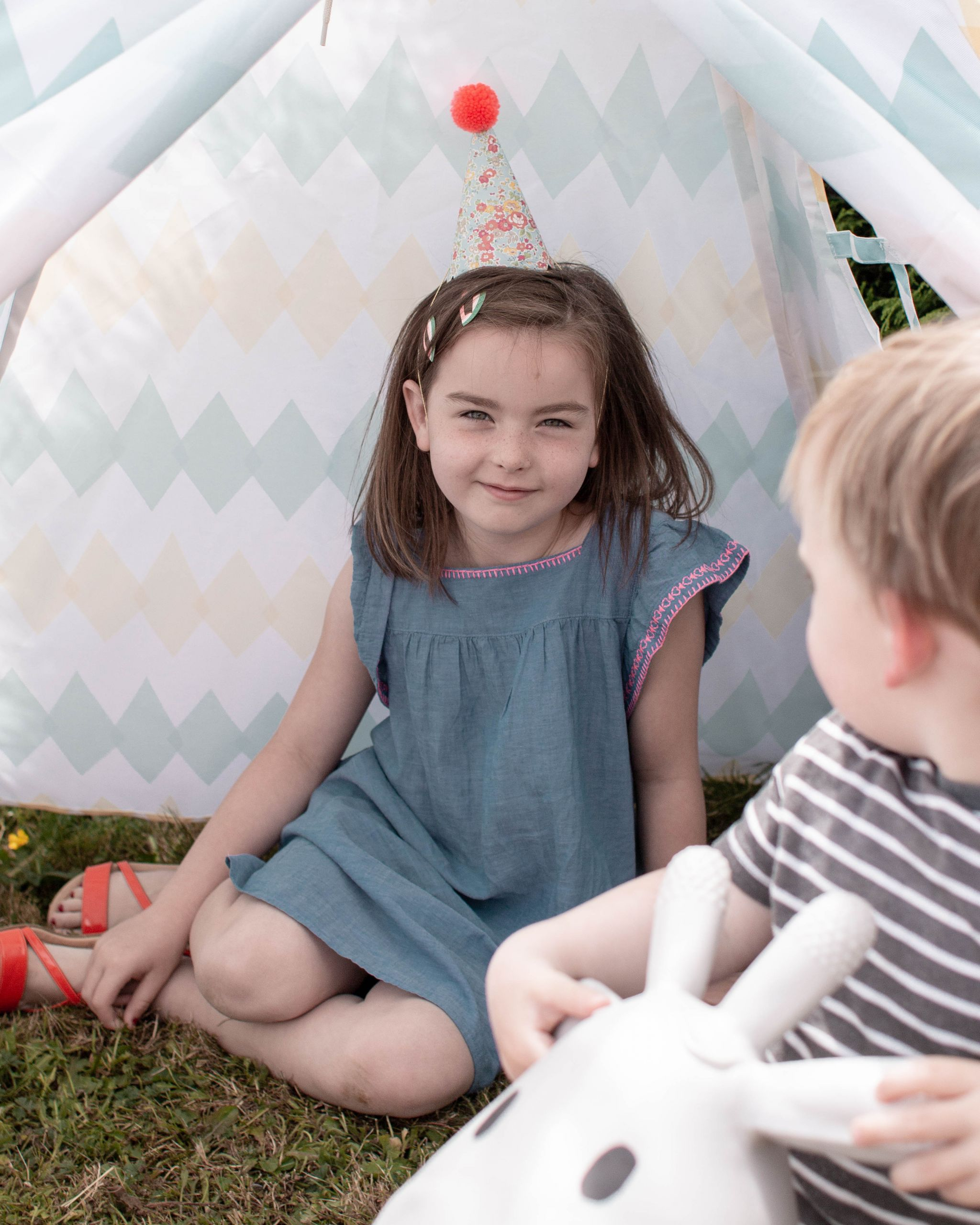 hannah layford child photography shoot portraits birthday party twins girl in party hat
